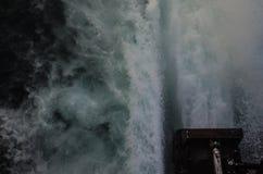 Hochgeschwindigkeitskatamaranmaschinen-Schießenwasser Stockfoto