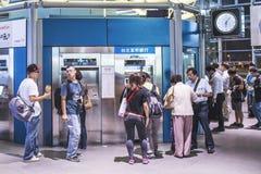 Hochgeschwindigkeitskugelzug durch den Bahnhof in Taiwan Lizenzfreie Stockfotografie