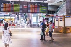 Hochgeschwindigkeitskugelzug durch den Bahnhof in Taiwan Stockbilder