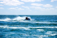 Hochgeschwindigkeitsstrahlenski in Meer Stockfotografie