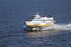 Hochgeschwindigkeitstragflügelbootfähre Lizenzfreie Stockfotos