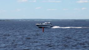 Hochgeschwindigkeitsyacht in Meer stock footage