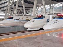 Hochgeschwindigkeitszüge an der Station Lizenzfreie Stockfotografie