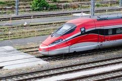Hochgeschwindigkeitszug auf Bahnen stockbild