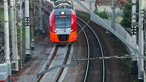 Hochgeschwindigkeitszug, der auf Eisenbahn überschreitet