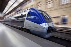 Hochgeschwindigkeitszug in der Bewegung Stockfotos