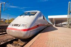Hochgeschwindigkeitszug an der Station Stockfoto