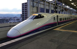 Hochgeschwindigkeitszug ist am Bahnhof von Fukushima Lizenzfreie Stockfotografie