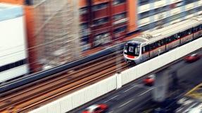 Hochgeschwindigkeitszug mit der Bewegungsunschärfe im Freien. Stockfoto
