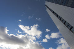 Hochhaus und Wolken Lizenzfreie Stockfotos