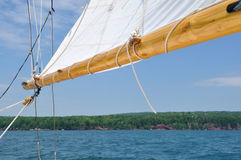 Hochkonjunktur und Focksegel des Schooner-Segelboots stockbild