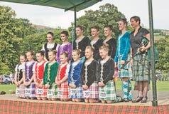 Hochland-Tänzer, die bei Strathpeffer aufwerfen. stockfotos