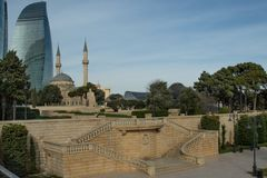 Hochlandpark, türkische Moschee auf dem Hintergrund der höchsten Gebäude stockbild