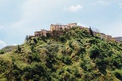 Hochlandstadt in Italien auf den Berg stockfotografie