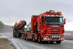 Hochleistungs-Tow Truck in den Schneefällen Stockbilder