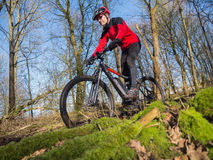 Hochmoderne elektrisch betriebene Mountainbike lizenzfreies stockfoto
