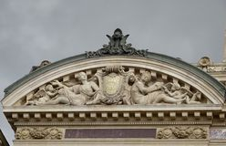 Hochrelief-Skulpturen am Paris Opéra - Paris-Dachspitzen Lizenzfreie Stockbilder