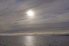 Hochs und Tiefs-Wolken auf dem Ozean Stockbild