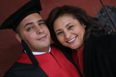 Hochschulabsolvent mit seiner Mutter lizenzfreies stockbild
