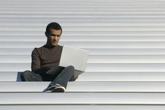 Hochschulalters-Kursteilnehmer-Studien vom Laptop Lizenzfreies Stockfoto