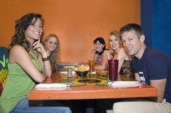 Hochschulfreunde, die zu Mittag essen Stockfotos