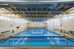 Hochschulinnenswimmingpool Stockfotografie
