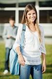 Hochschulstudent-Carrying Shoulder Bag-Stellung Lizenzfreie Stockbilder