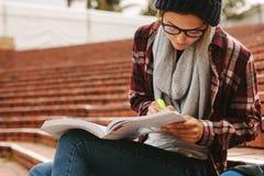 Hochschulstudent, der am Campus studiert stockfoto