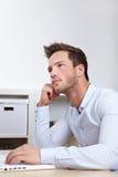 Hochschulstudent am Laptop Stockfotos