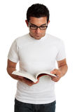 Hochschulstudent oder Mann, die ein Lehrbuch lesen Lizenzfreie Stockbilder