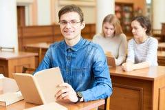 Hochschulstudent Posing für Fotografie lizenzfreie stockfotos