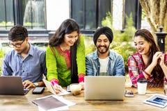 Hochschulstudent-Teamwork-Technologie-Konzept lizenzfreie stockfotografie