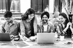 Hochschulstudent-Teamwork-Technologie-Konzept lizenzfreies stockfoto