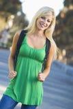 Hochschulstudent weg vom Campus lizenzfreie stockbilder