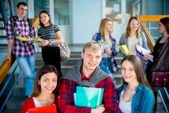 Hochschulstudenten auf einem Treppenhaus Lizenzfreies Stockbild