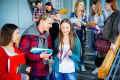 Hochschulstudenten auf einem Treppenhaus Stockbilder