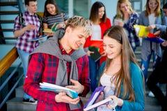 Hochschulstudenten auf einem Treppenhaus Stockfotos