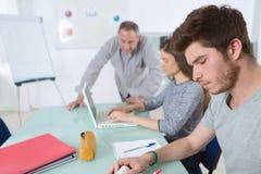 Hochschulstudenten, die auf dem Campus Vortrag besuchen stockfoto