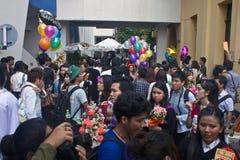 Hochschulstudenten feiern ihre Staffelung Lizenzfreie Stockfotos