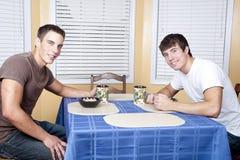 Hochschulzimmergenossen, die Frühstück essen stockfotografie