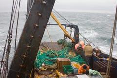 Hochseefischerei - Schleppnetzfischer bereitet sich für Wurf von snurrevaad (dänisches Wadenetz, Wade) herein vor lizenzfreie stockbilder