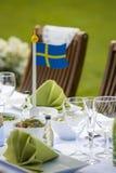 Hochsommerfeier mit einer schwedischen Flagge lizenzfreie stockbilder