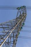 Hochspannungs-transmitsion Linie auf Stahlkonstruktion Stockfotos