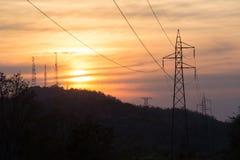 Hochspannungsbeitrag, Hochspannungsturmhimmel-Sonnenunterganghintergrund vektor abbildung