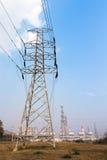 Hochspannungsbeitrag und Kraftwerkhintergrund Stockfoto