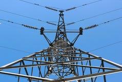 Hochspannungsbeitrags- oder Hochspannungsleitungsturm auf blauem Himmel Stockfoto