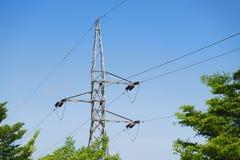Hochspannungsbeitrags- oder Hochspannungsleitungsturm und blauer Himmel Stockfoto