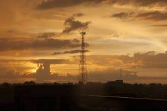 Hochspannungsbeitragshochspannungsturm-Sonnenunterganghintergrund lizenzfreie stockbilder