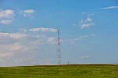 Hochspannungsdraht und der blaue Himmel Stockfoto