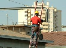 Hochspannungselektriker, der in den Hochspannungsseilzügen arbeitet Lizenzfreie Stockbilder